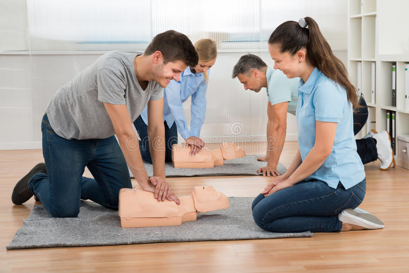 Groupe d'étudiants apprenant le Cpr image stock