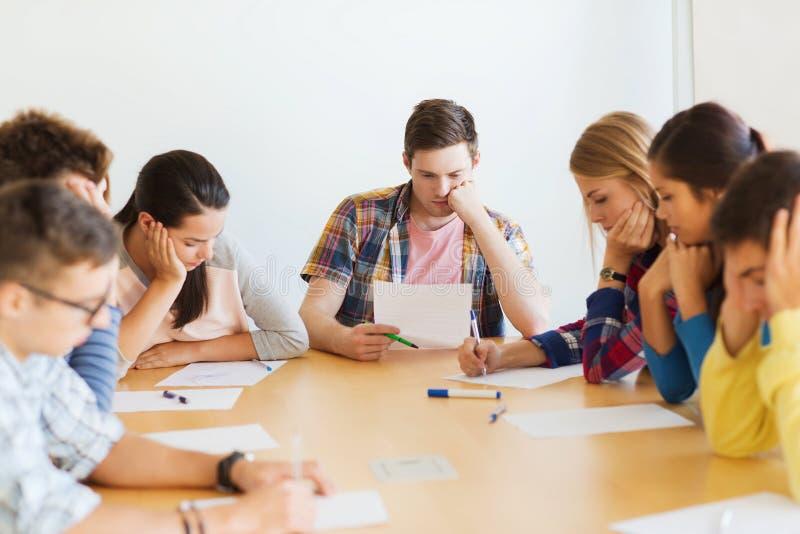 Groupe d'étudiants avec des papiers photos stock