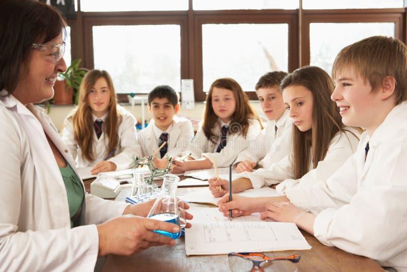 Groupe d'étudiants d'adolescent dans la classe de la Science images libres de droits