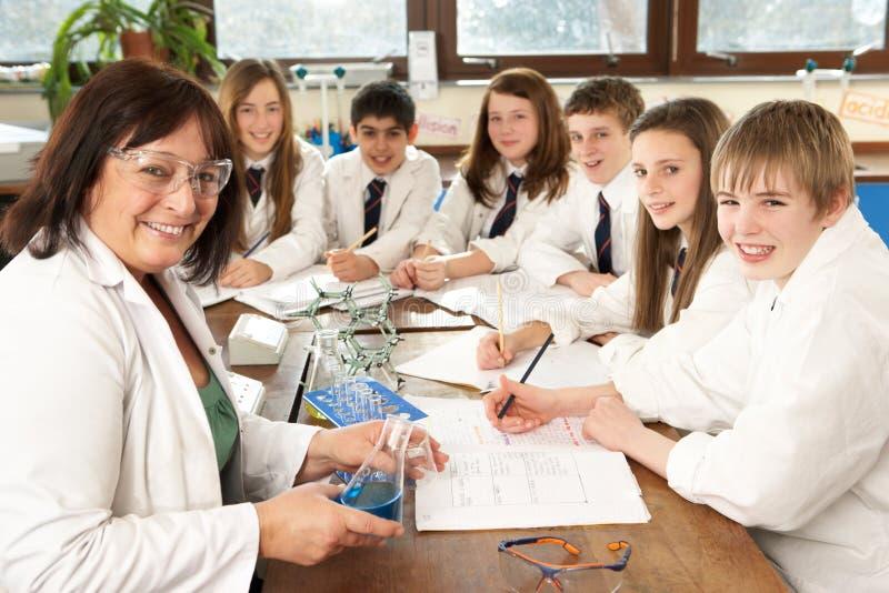 Groupe d'étudiants d'adolescent dans la classe de la Science photos libres de droits