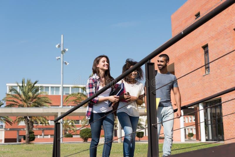 Groupe d'étudiants dans le campus images libres de droits