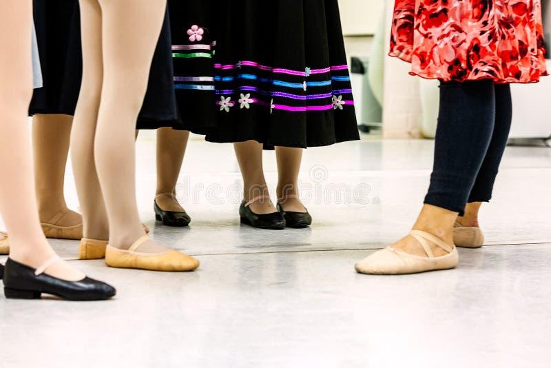 Groupe d'étudiants de ballet de jeune fille avec le professeur pendant la pratique pour la classe d'étude de caractère photos stock