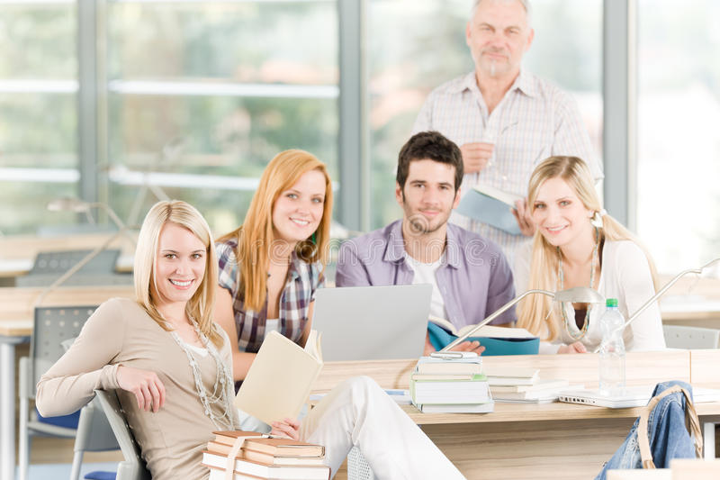 Groupe d'étudiants de lycée avec le professeur image stock