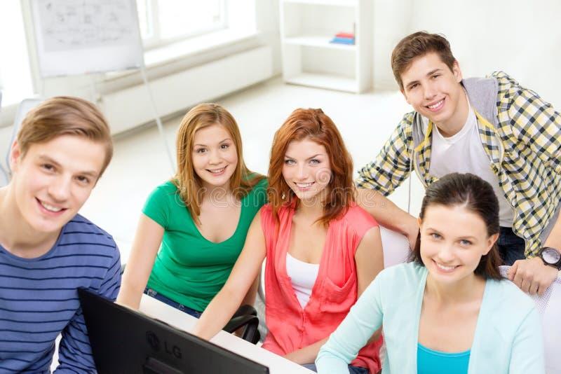 Groupe d'étudiants de sourire ayant la discussion photo stock