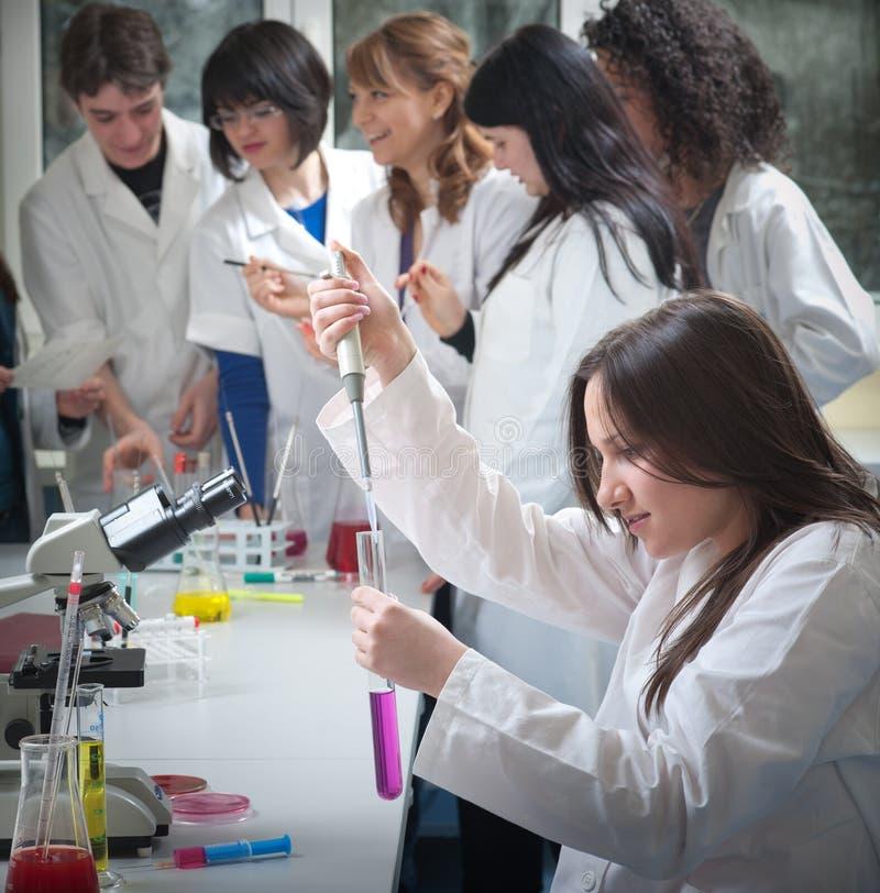 Groupe d'étudiants en médecine photos stock