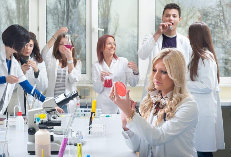 Groupe d'étudiants en médecine photo stock