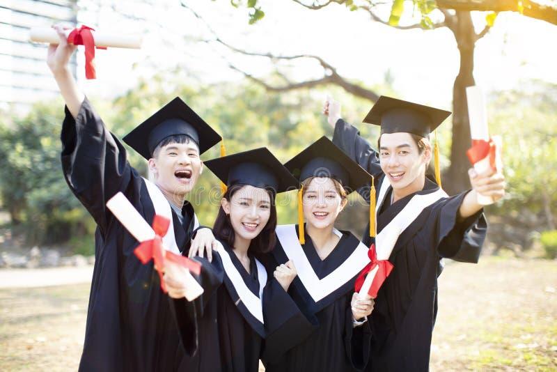 Groupe d'étudiants heureux célébrant l'obtention du diplôme photographie stock