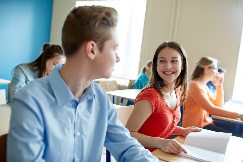 Groupe d'étudiants heureux parlant à la coupure d'école photographie stock libre de droits