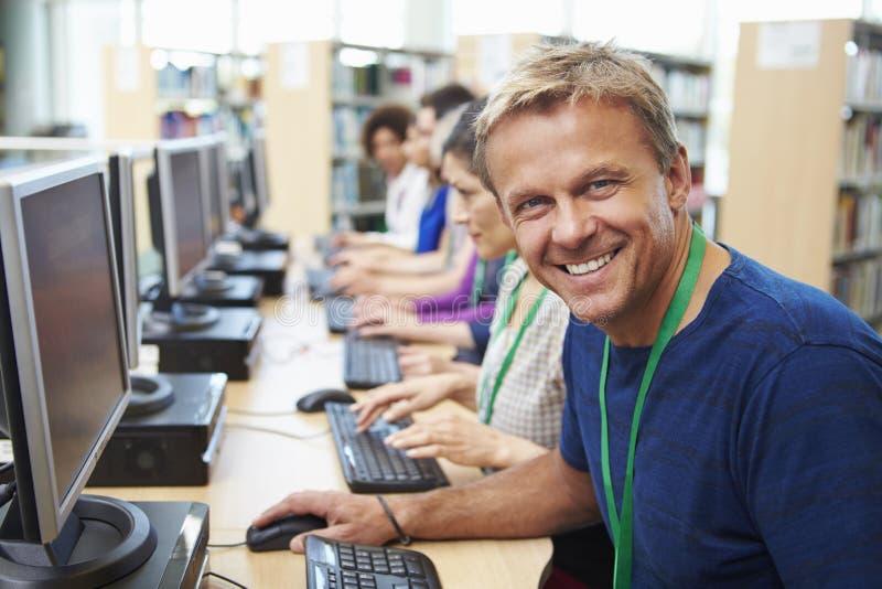 Groupe d'étudiants mûrs travaillant aux ordinateurs image stock