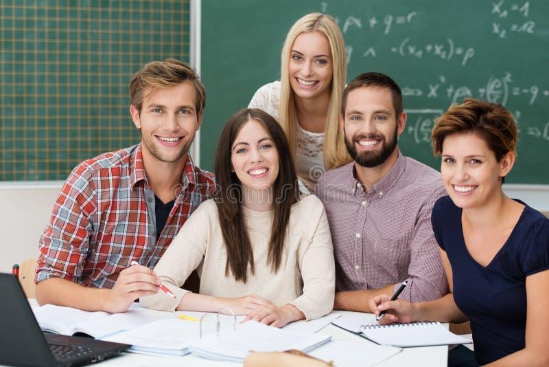 Groupe d'étudiants motivés photo stock