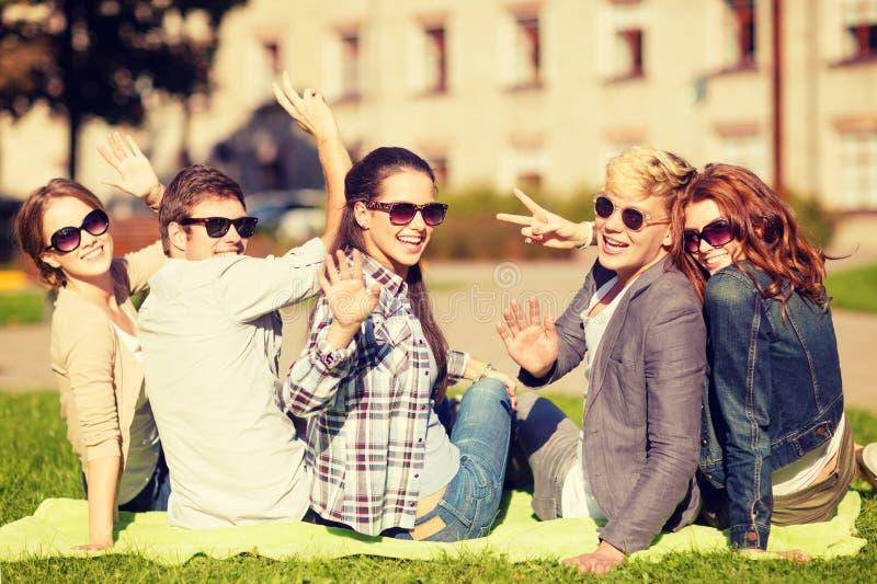 Groupe d'étudiants ou d'adolescents ondulant des mains images libres de droits