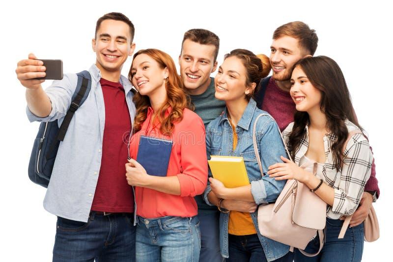 Groupe d'étudiants prenant le selfie par le smartphone photo stock