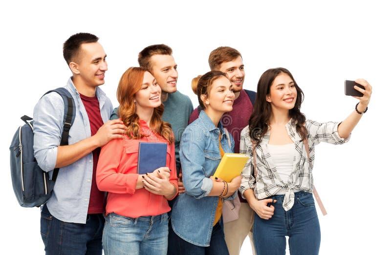 Groupe d'étudiants prenant le selfie par le smartphone photographie stock