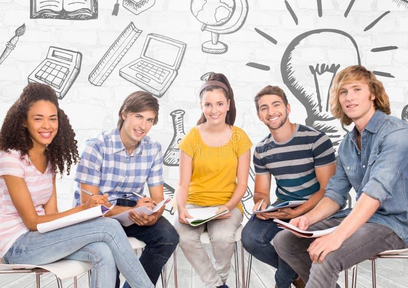 Groupe d'étudiants s'asseyant devant l'éducation apprenant des graphiques photographie stock