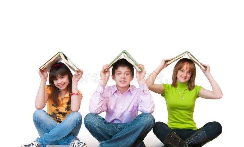 Groupe d'étudiants studing ensemble images stock