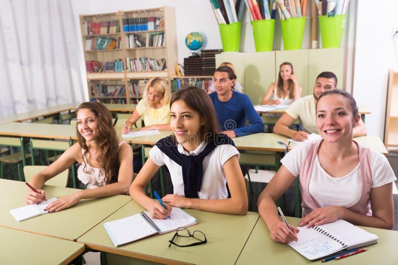Groupe d'étudiants travaillant dans la salle de classe images stock