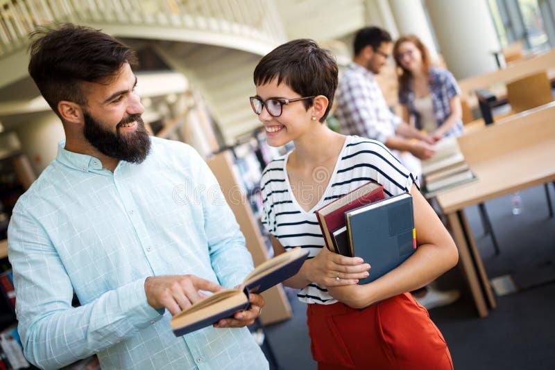 Groupe d'étudiants universitaires étudiant à la bibliothèque photographie stock libre de droits