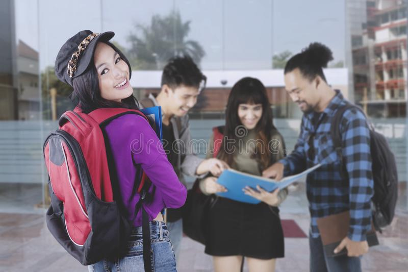 Groupe d'étudiants universitaires ayant une discussion dehors images stock