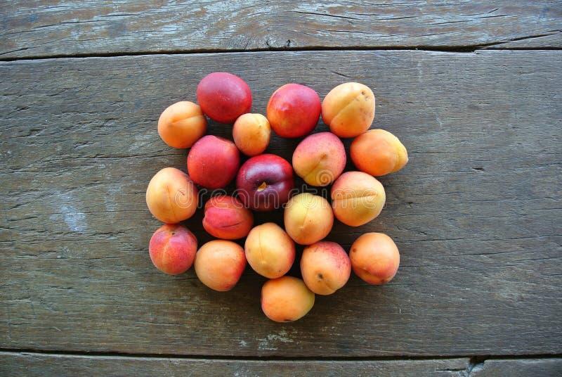 Download Groupe D'abricots Oranges Mûrs Sur La Table En Bois Rustique Photo stock - Image du dessert, doux: 56483676