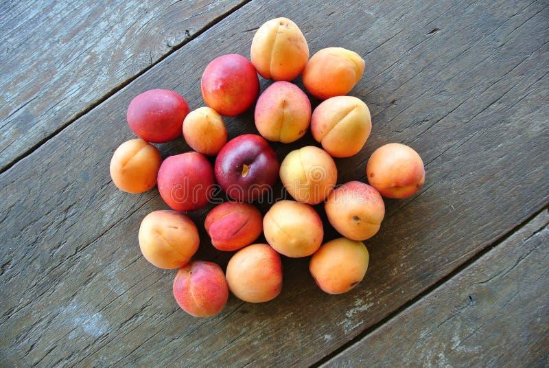 Download Groupe D'abricots Oranges Mûrs Sur La Table En Bois Rustique Photo stock - Image du juteux, brun: 56485716