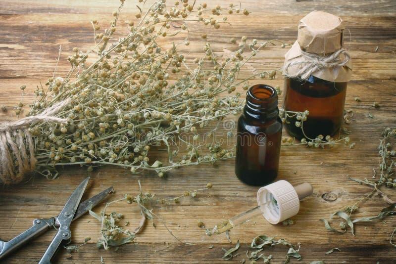 Groupe d'absinthe d'herbe, pots d'huile images stock