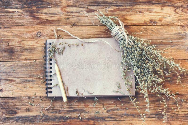 Groupe d'absinthe sèche d'herbe, bloc-notes pour l'inscription image libre de droits