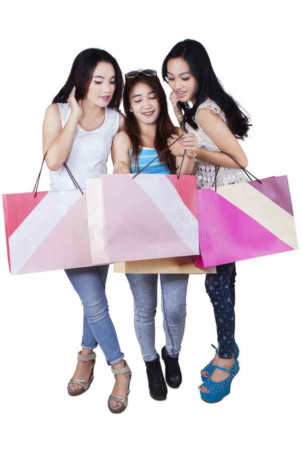 Groupe d'adolescentes heureuses après l'achat photographie stock
