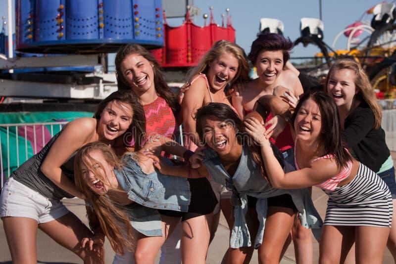 Groupe d'adolescentes riantes nerveusement photos stock