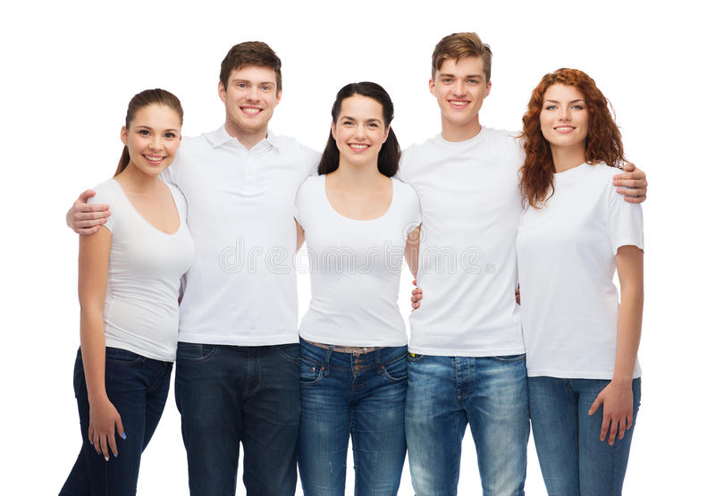 Groupe d'adolescents de sourire dans des T-shirts vides blancs images libres de droits