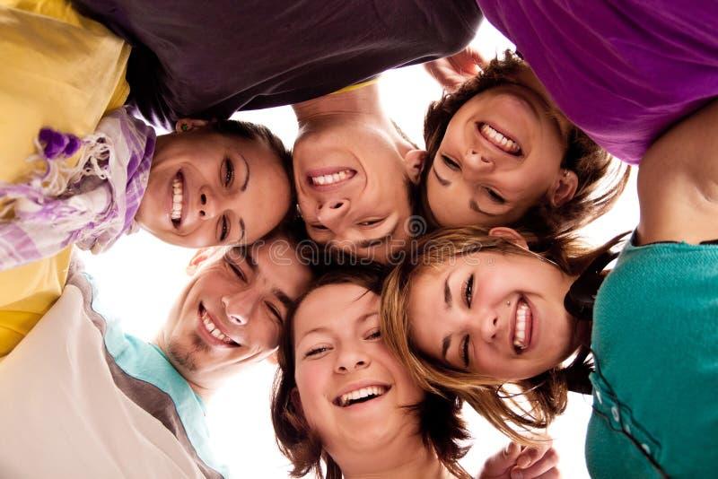 Groupe d'adolescents en cercle photos stock