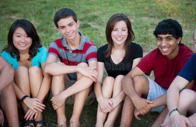 Groupe d'adolescents heureux multi-ethniques à l'extérieur images libres de droits