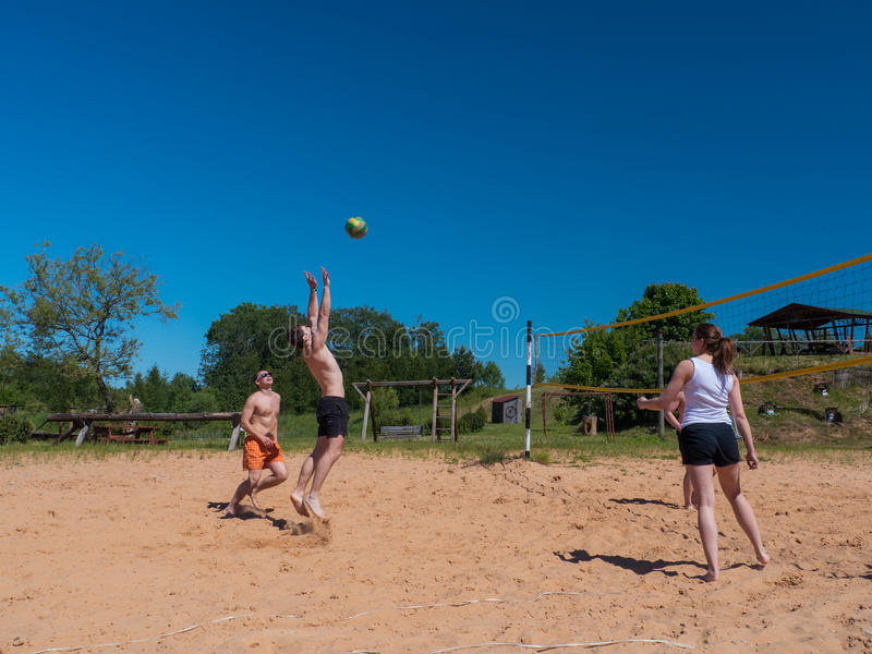 Groupe d'adolescents jouant le voleyball photographie stock libre de droits