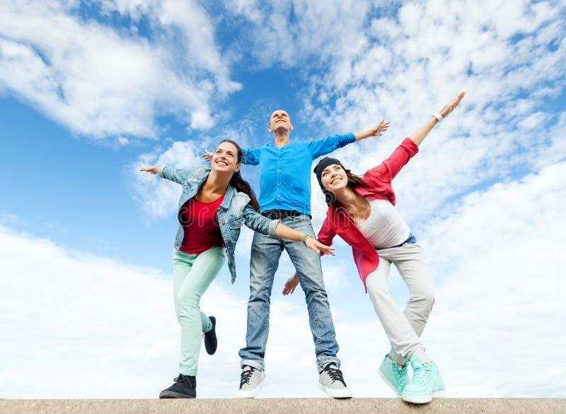 Groupe d'adolescents répandant des mains image stock