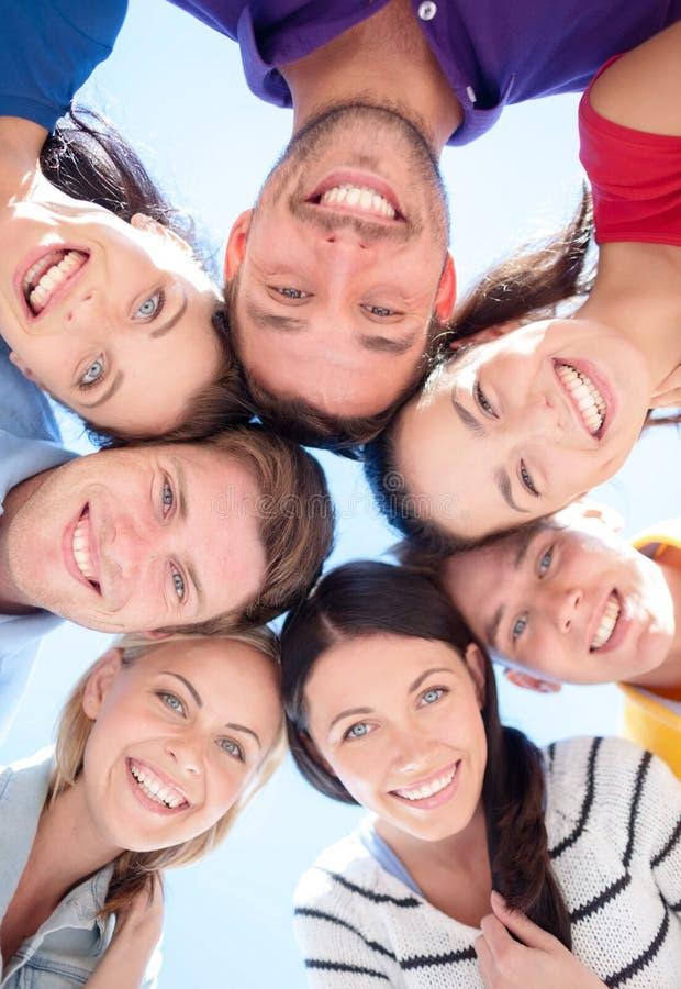 Groupe d'adolescents regardant vers le bas photographie stock libre de droits