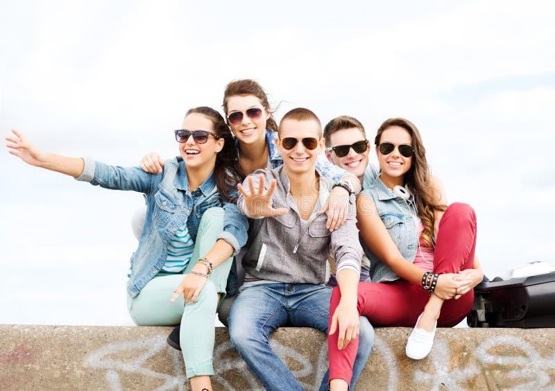Groupe d'adolescents traînant image libre de droits