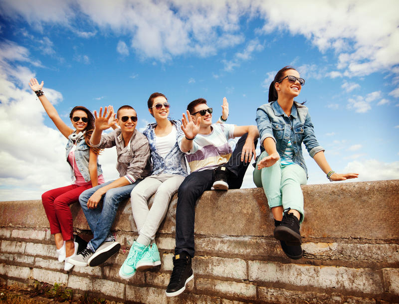 Groupe d'adolescents traînant image stock