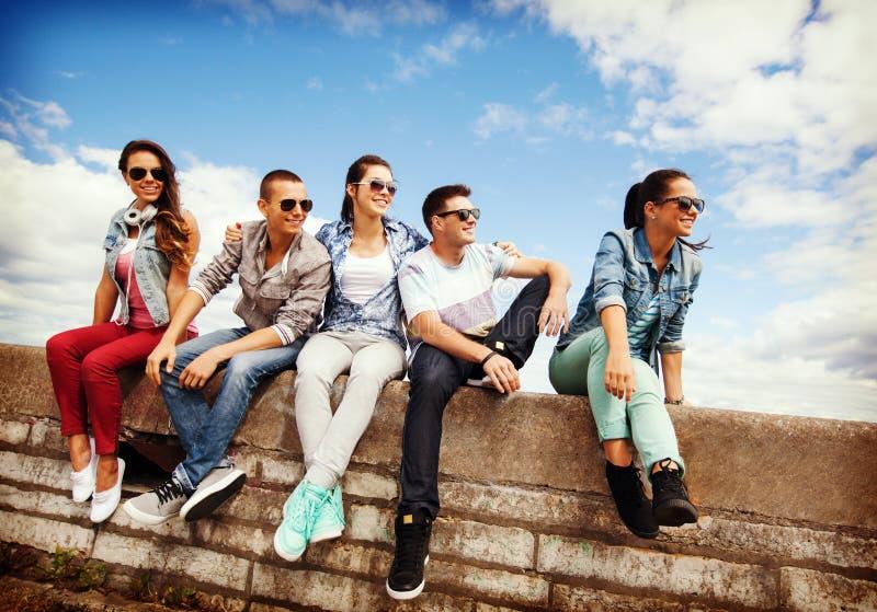 Groupe d'adolescents traînant photos stock