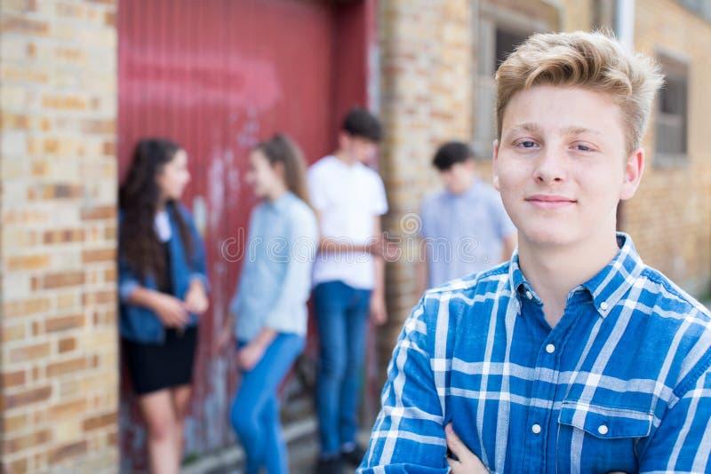 Groupe d'adolescents traînant dans le milieu urbain photos libres de droits