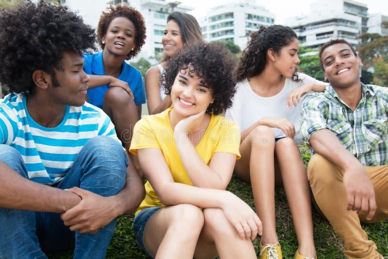 Groupe d'adultes heureux de jeunes de latin, de Caucasien et d'afro-américain photos libres de droits