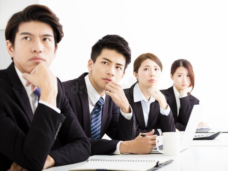 Groupe d'affaires écoutant la présentation à la conférence photos stock