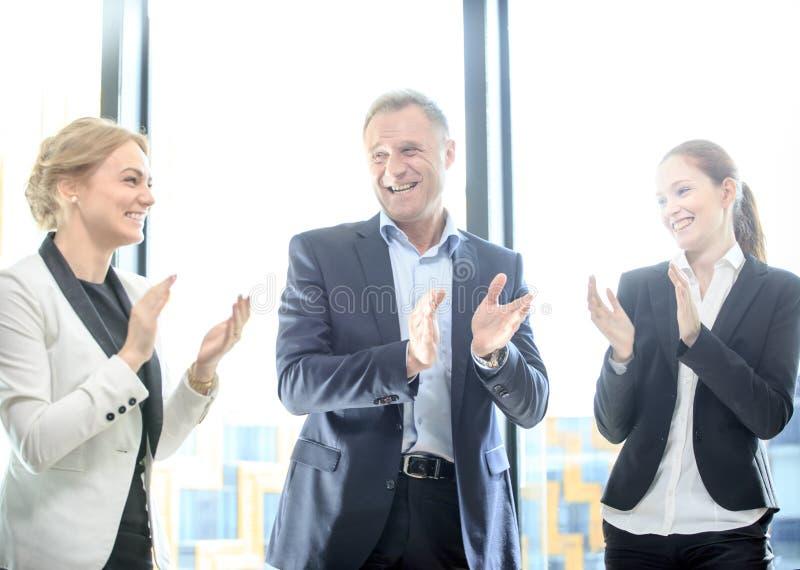 Groupe d'affaires battant et souriant photo stock