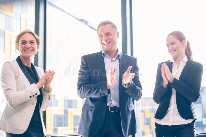 Groupe d'affaires battant et souriant photo libre de droits