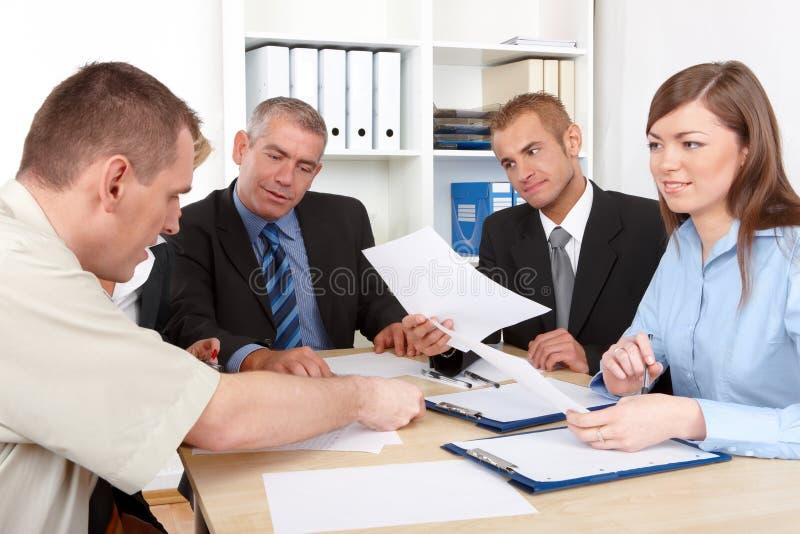 Groupe d'affaires lors du contact photos libres de droits