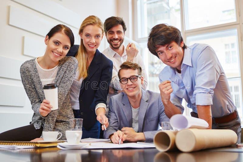 groupe d'affaires réussi images libres de droits