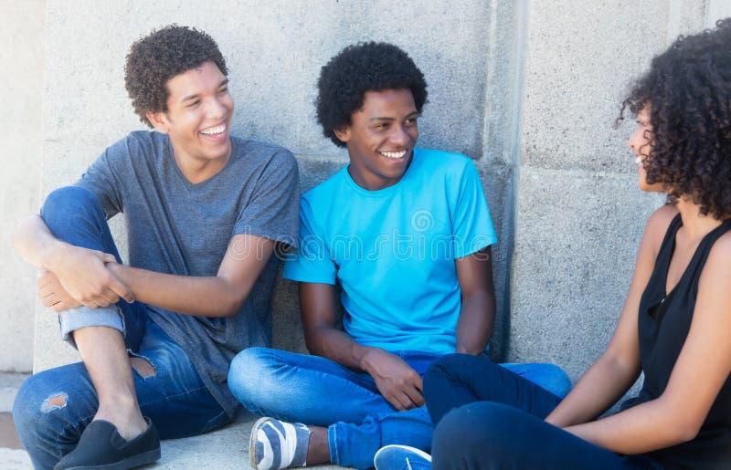 Groupe d'afro-américain parlant et d'amis des Caraïbes image stock