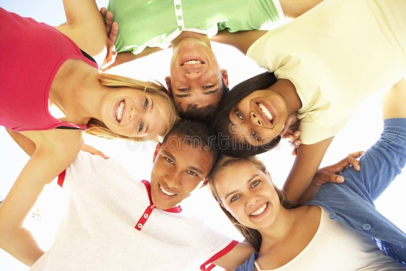 Groupe d'amis adolescents ayant l'amusement dans le parc photo stock