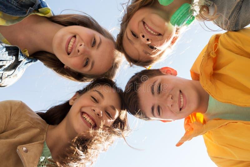 Groupe d'amis adolescents heureux photo stock
