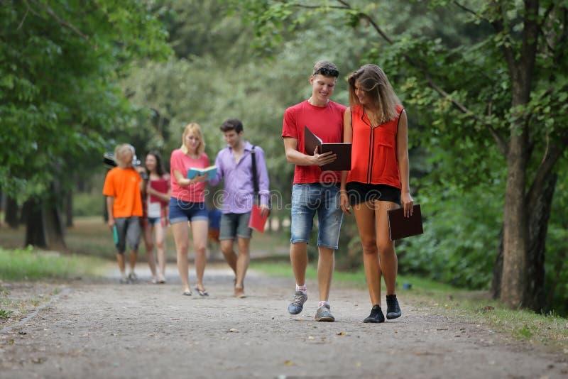 Groupe d'amis au parc marchant et appréciant le temps tout ensemble photos libres de droits