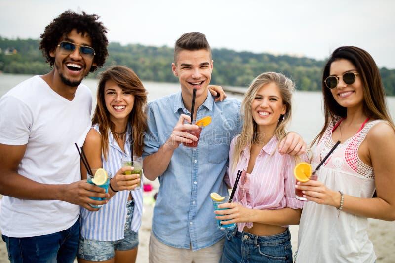 Groupe d'amis ayant l'amusement sur la plage Été, amusement, les gens, concept de vacances photographie stock