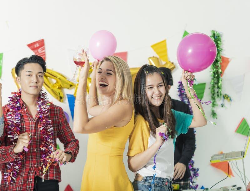Groupe d'amis ayant la partie d'amusement pendant la nuit célébration photos libres de droits